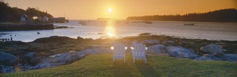 Gräsmattastolar på soluppgång på hummerbyn, hyresgäster härbärgerar, Maine royaltyfri bild