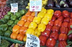 Gräsplan apelsin, guling som är röd, spanska peppar som visas på marknaden Royaltyfri Fotografi