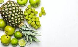 Gräsplan bär frukt på en vit bakgrund ny organisk produce royaltyfri fotografi