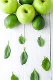 Gräsplan bär frukt på vit träbakgrund Apple limefrukt, spenat detox sund mat Top beskådar kopiera avstånd arkivfoto