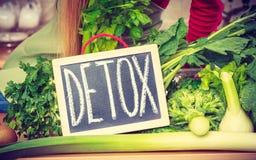 Gräsplan bantar grönsaker och detoxtecknet royaltyfri bild