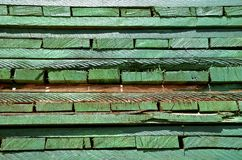 Gräsplan behandlat trä Arkivbilder