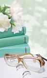 Gräsplan bokar, exponeringsglas, vita blommor på den gröna blommabakgrunden Utbildningskort Royaltyfri Foto
