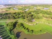 Gräsplan för lakesiden för den bästa sikten parkerar stads- med det Yin Yang symbolet i subur arkivbild