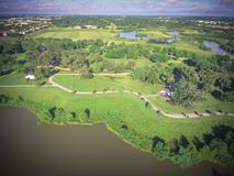 Gräsplan för lakesiden för den bästa sikten parkerar stads- med det Yin Yang symbolet i subur arkivbilder