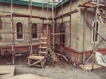 Gräsplan för tak för uttag för murbruk för trappuppgång för cement för röra för skog för tegelsten för byggnad för hus för byggna royaltyfri foto