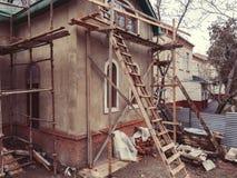 Gräsplan för tak för uttag för murbruk för trappuppgång för cement för röra för skog för tegelsten för byggnad för hus för byggna royaltyfria foton