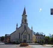 Gräsplan genomdränkt kyrka arkivbilder