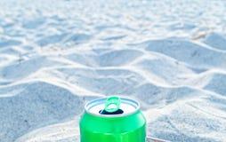 Gräsplan kan på en strand illustrera avfalls och massturism i turist- områden och stränder royaltyfri fotografi