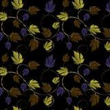 Gräsplan, lilor, koppar och bladguld och vinranka Royaltyfri Foto