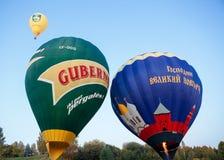 Gräsplan och blått färgade ballonger Arkivbild