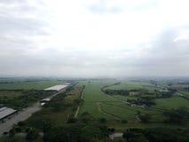 Gräsplan och himlar Arkivbild