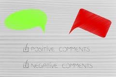 Gräsplan och röda kommentarer med positiv och negativ text tickade nolla royaltyfria foton