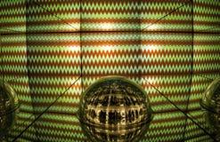 Gräsplan- och rött ljusskärm, kulör laser, spegelväggar och spegelboll, abstrakt bakgrund Arkivbild