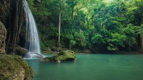Gräsplan och ren vattenfall för avkoppling, vattenfall för Erawan ` s Royaltyfria Bilder