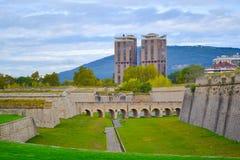 Gräsplan parkerar med citadellen för stadsväggstaden av Pamplona, Spanien arkivbild