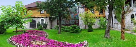 gräsplan parkerar med träd, kaféer och rabatt arkivfoto