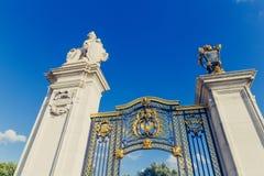 Gräsplan parkerar portar för ` s framme av Buckingham Palace i London Royaltyfria Foton