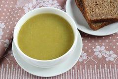 Gräsplan pressat soppa och brunt bröd royaltyfria foton