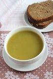 Gräsplan pressat soppa och brunt bröd royaltyfri foto