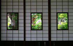 Gräsplan som ses från fönstret av rum för japansk stil i Japan Arkivbilder