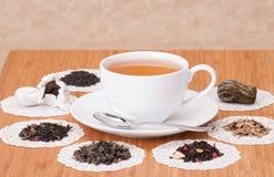 Gräsplan, svart och löst te för frukt fotografering för bildbyråer