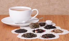 Gräsplan, svart och löst te för frukt arkivfoto