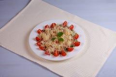Gräsplan-, tomat-, fisk-, ost- och såssallad fotografering för bildbyråer
