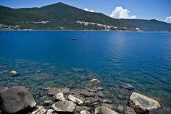 Gräsplanberg för blått vatten Arkivbilder