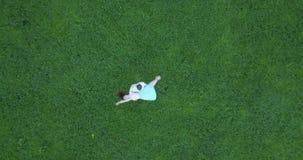 Gräsplanfält för flyg- granskning var kvinnan och mannen dansar arkivfilmer