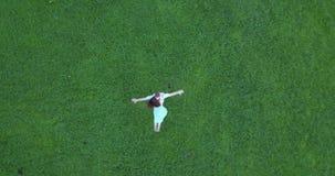Gräsplanfält för flyg- granskning var kvinnan och mannen dansar stock video
