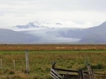 Gräsplanfält med och ett glaciar Royaltyfri Fotografi