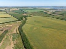 Gräsplanfält som sås med vete Bästa flyg- sikt som göras av surret arkivfoto