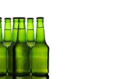 Gräsplanflaskor av öl arkivbild