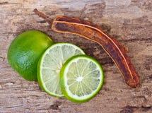 Gräsplanlimefrukter och tamarindfrukt Arkivbilder