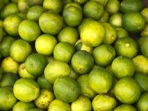 Gräsplanlimefrukter på marknaden Arkivbild