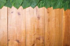 Gräsplansidor på trätabellen av brun bakgrund för bästa sikt som är tom royaltyfri fotografi
