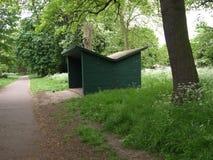 Gräsplanskjul i parkeraskogen Arkivbilder