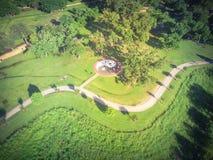 Gräsplanstaden för den bästa sikten parkerar med stor Tai Chi cirkelYing Yang sym arkivfoto