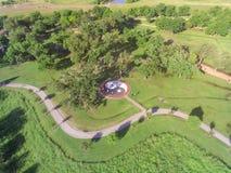 Gräsplanstaden för den bästa sikten parkerar med stor Tai Chi cirkelYing Yang sym royaltyfri foto