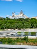 Gräsplanutrymmen av den Madrid Rio de Janeiro med Almudena Cathedral i bakgrund arkivfoto