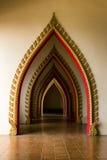 Gräva dörren i den thai kyrkan på Thailand. Royaltyfri Bild