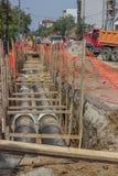 Gräva diket för värmerör Arkivbild