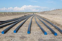 gräva elektricitetsdike för stor kabel royaltyfria bilder