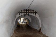 Gräva i den skyddande väggen mellan den yttre och inre borggården av den stärkte kyrkliga Prejmeren i den Prejmer staden i Rumäni Arkivbilder