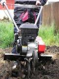 Gräva i regnet Arkivfoton