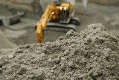 Gräva i smutsen Arkivfoto