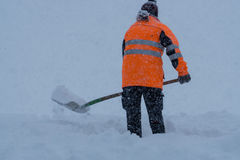 Gräva och rengörande snö på vägen Royaltyfri Foto