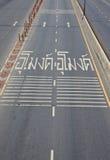 Gräva tecken som varnar i thailändskt på körbanan Royaltyfria Bilder
