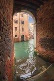 Gräva till kanalen med trappa och broar i Venedig Arkivbild